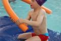 Enfant-jouant-sur-un-tapis-flottant