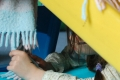 Enfant-preparant-son-tobogan